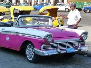 Kuba Oldtimer Gehören Zum Strassenbild